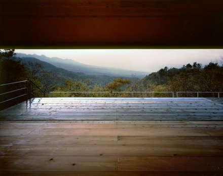 蓼科高原の週末住宅|大開口から南アルプスが一望できる別荘: 中庭のある家|水谷嘉信建築設計事務所が手掛けたリビングです。