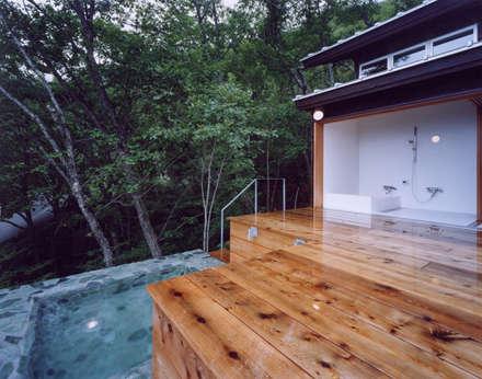 蓼科高原の週末住宅|四国の青石でできた露天風呂: 中庭のある家|水谷嘉信建築設計事務所が手掛けた浴室です。