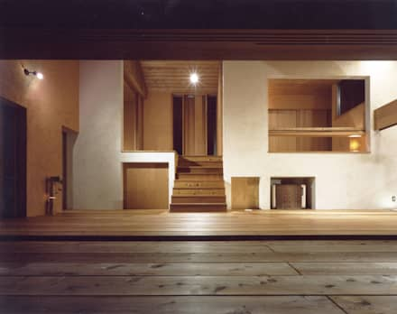 蓼科高原の週末住宅|夕暮れ時のリビング: 中庭のある家|水谷嘉信建築設計事務所が手掛けたリビングです。