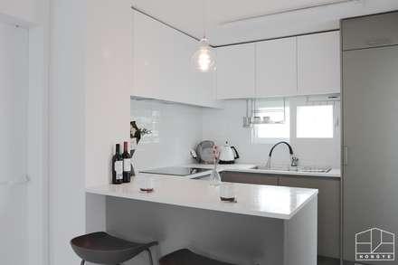 아늑하고 깨끗한 분위기의 선경아파트 31평 _ 이사 후: 홍예디자인의  주방