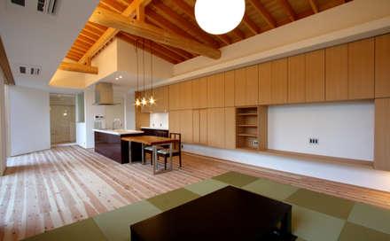 大阪・枚方「オクタゴン」新築コートハウス: CN-JAPAN/株式会社クリエイティブネットワークが手掛けたリビングです。