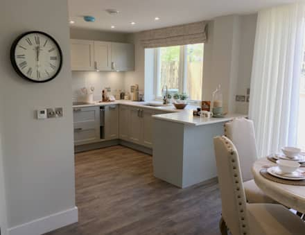 Painted kitchen:  Built-in kitchens by Greengage Interiors Limited