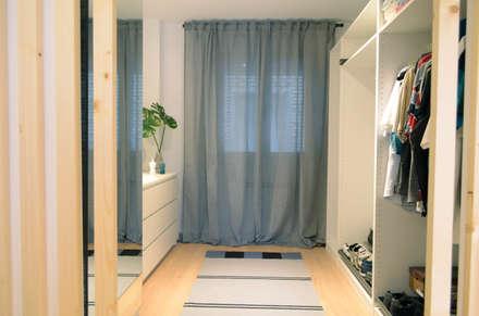Proyecto de interiorismo y decoración de un piso de 90 mts: Vestidores de estilo moderno de Estudio diseño Absoluto