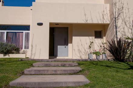 Casa 347: Puertas de entrada de estilo  por Papillon Arquitectura