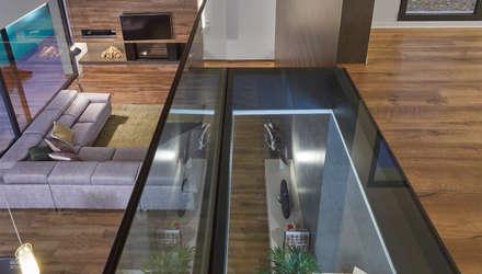 Unifamiliar, primera planta con suelo de cirstal: Suelos de estilo  de Ideas Interiorismo Exclusivo, SLU