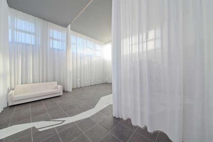 ANIBALDI | casa del commiato: Pareti in stile  di GAME - Gabriele Architetto Marinelli Enterprise