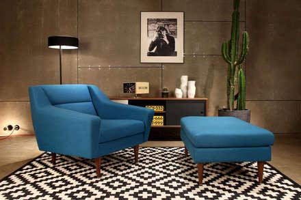 Blauer Sessel mit Hocker skandinavisch: skandinavische Wohnzimmer von Baltic Design Shop