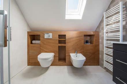 Badkamer op zolder met houten ombouw en kastruimte: moderne Badkamer door Stefania Rastellino interior design