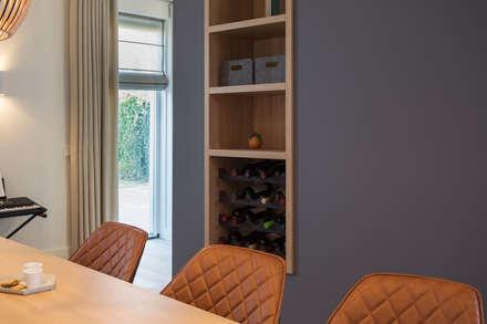kast op maat met vakken en wijnrek: moderne Eetkamer door Stefania Rastellino interior design