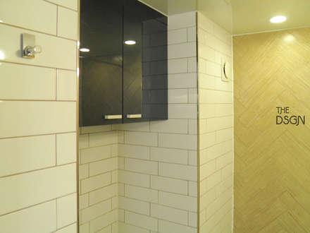 원목 질감과과 블루 컬러가 만난 욕실: 더디자인 the dsgn의  화장실