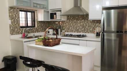 Diamond Dust Quartz Kitchen Countertop at La Vista Monte, Davao City: modern Kitchen by Stone Depot