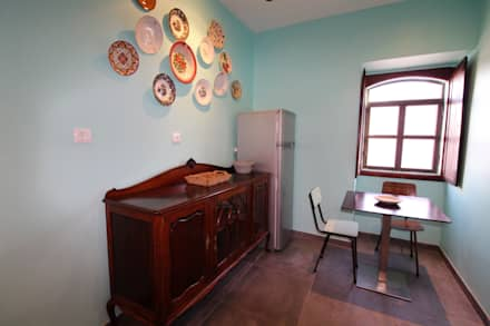 Casa Rocha, Vintage Algarvio: Cozinhas mediterrânicas por Atelier  Ana Leonor Rocha