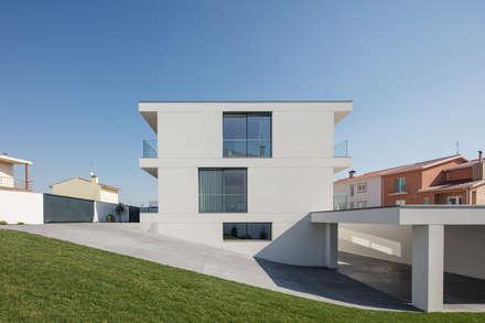 minimalistic Garage/shed by Raulino Silva Arquitecto Unip. Lda