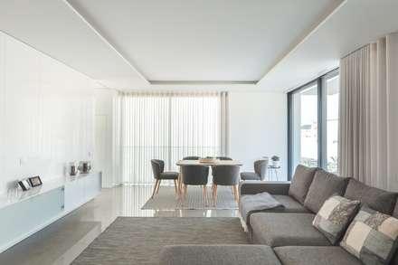 Casa Aguçadoura: Salas de estar minimalistas por Raulino Silva Arquitecto Unip. Lda