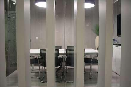 LEO Pharma - Sala de Reunião: Escritórios e Espaços de trabalho  por Acontece Design Solutions