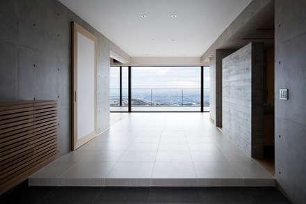 Ingresso & Corridoio in stile  di ARCHIXXX眞野サトル建築デザイン室