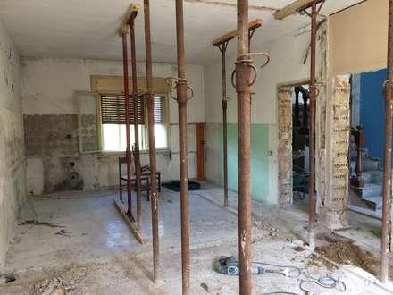 Demolizioni pareti interne: Cucina in stile In stile Country di studio arch sara baggio