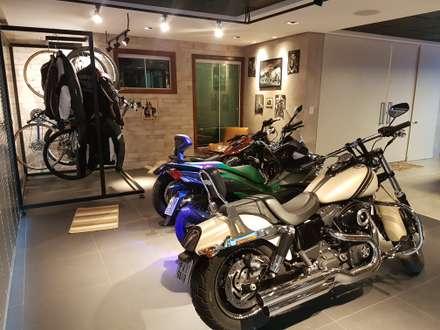 Garajes dobles  de estilo  por Efeito Arquitetura