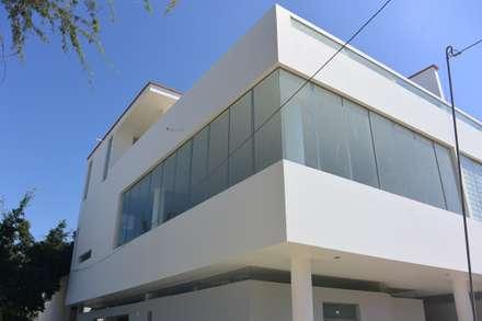 Duplex 2: Condominios de estilo  por AREA - arquitectura y construcción