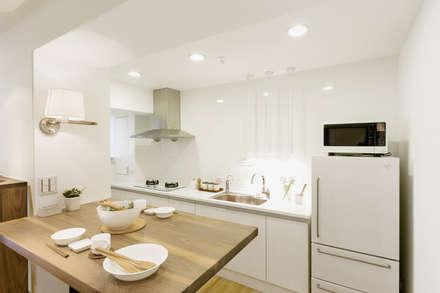 無印良品。輕暖宅:  廚房 by 文儀室內裝修設計有限公司