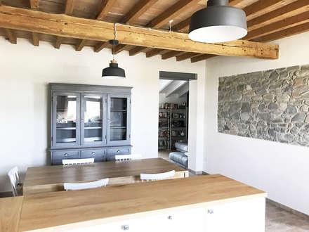 cucina: Sala da pranzo in stile in stile Rustico di Architetto Luigi Pizzuti