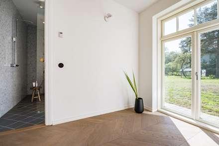 Blick in das Badezimmer skandinavisch: skandinavische Badezimmer von Baltic Design Shop