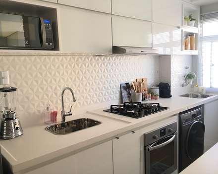Cozinha: Armários e bancadas de cozinha  por Artha Arquitetura