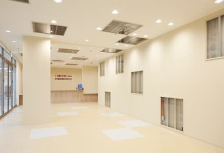 日建学院 浜松校: 株式会社KAMITOPEN一級建築士事務所が手掛けた商業空間です。