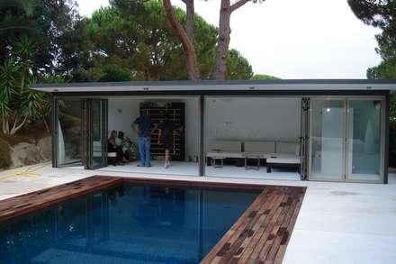 Jardín con piscina: Casetas de jardín de estilo  de Imma Carner Arquitectura Interior