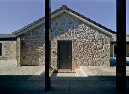 Recuperación de edificación interior de patio de la Universidad de Gibraltar.: Escuelas de estilo  de Ayaltointegral