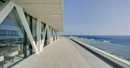 Vista desde la terraza del Restaurante de la Universidad de Gibraltar: Escuelas de estilo  de Ayaltointegral
