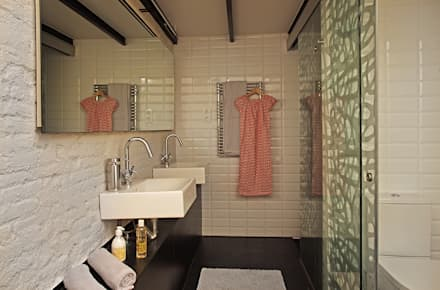 LOFT DE ESTILO NÓRDICO - INDUSTRIAL EN EL BARRIO DE GRACIA DE BARCELONA. Proyecto de interiorismo para transformar una planta baja de 67m2 en un loft.: Baños de estilo industrial de CREAPROJECTS