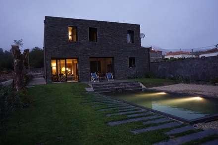Moradia particular: Casas ecléticas por SUCRRE atelier