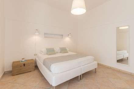 Villetta Mimosa: Camera da letto in stile in stile Minimalista di Anna Leone Architetto Home Stager
