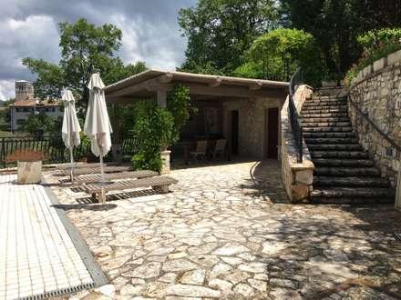 Area barbecue: Giardino d'inverno in stile in stile Moderno di Zanzotti Design