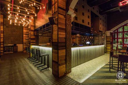 TIC TAC TOE:  Bars & clubs by Studio Interiors Infra Height Pvt Ltd