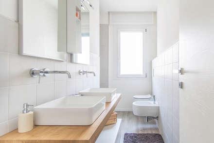 CRT / Ristrutturazione di un appartamento: Bagno in stile in stile Minimalista di HV8