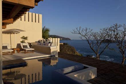 Finestre: Piscinas de estilo tropical de Mayúscula Arquitectos