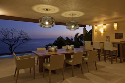 comedor: Comedores de estilo tropical de Mayúscula Arquitectos
