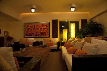 salon: Salones de estilo tropical de Mayúscula Arquitectos