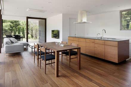 049つどいの杜 in 軽井沢: atelier137 ARCHITECTURAL DESIGN OFFICEが手掛けたキッチンです。