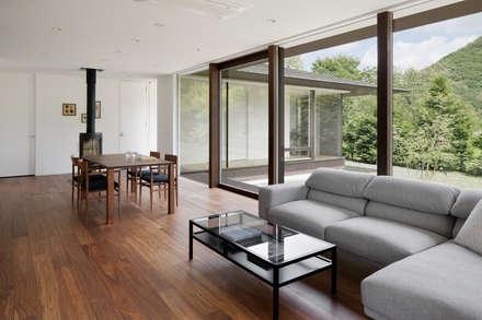 049つどいの杜 in 軽井沢: atelier137 ARCHITECTURAL DESIGN OFFICEが手掛けたリビングです。