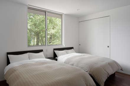 049つどいの杜 in 軽井沢: atelier137 ARCHITECTURAL DESIGN OFFICEが手掛けた寝室です。