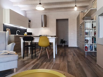 La cucina che si integra nello spazio dell'open space.: Cucina in stile in stile Scandinavo di Rifò