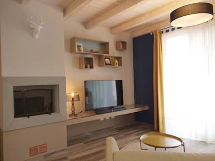 """Camino, Tv e zona giochi """"free"""": Soggiorno in stile in stile Scandinavo di Rifò"""