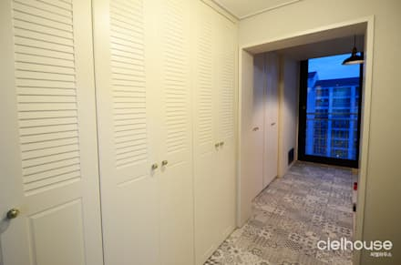 밝고 환하게 바뀐 40평대 아파트 인테리어: 씨엘하우스의  복도 & 현관
