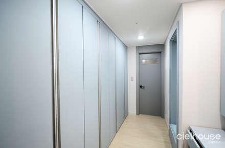 밝고 환하게 바뀐 40평대 아파트 인테리어: 씨엘하우스의  드레스 룸
