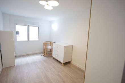 Reforma de piso: Dormitorios infantiles de estilo escandinavo de Bocetto Interiorismo y Construcción