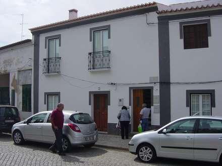 Centro histórico de Serpa: Casas de campo  por Rodrigo Roquette