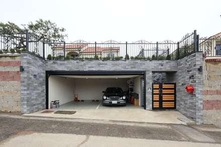 modern Garage/shed by 하우스톡
